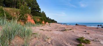 Paisaje de medianoche del verano en orilla de mar Báltico con las piedras, r rojo Fotos de archivo libres de regalías