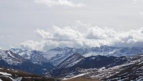 Paisaje de montañas del centro turístico formigal del invierno, España almacen de metraje de vídeo