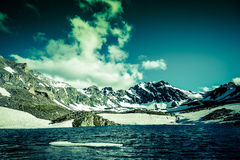 Paisaje de montañas en primavera imagenes de archivo