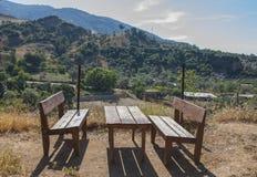 Paisaje de montañas turcas con una tabla de madera y los bancos Fotografía de archivo libre de regalías