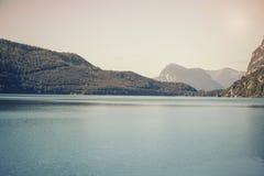 Paisaje de montañas y de la hierba del Tyrol del sur en Italia Imagenes de archivo
