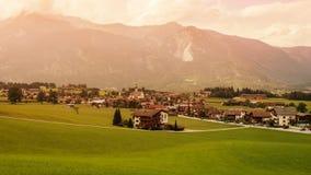 Paisaje de montañas y de la hierba del Tyrol del sur en Italia Imagen de archivo libre de regalías