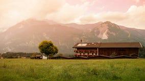 Paisaje de montañas y de la hierba del Tyrol del sur en Italia Fotografía de archivo