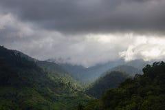 Paisaje de montañas y del cielo Fotos de archivo