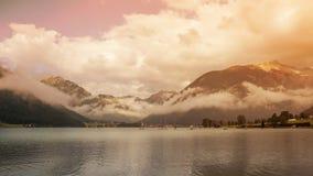 Paisaje de montañas y del lago del Tyrol del sur en Italia Imagenes de archivo