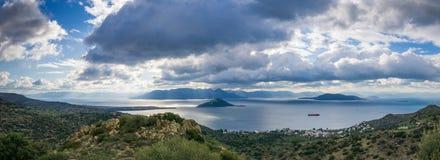 Paisaje de montañas y del mar en la isla de Aegina, Grecia Foto de archivo libre de regalías