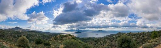 Paisaje de montañas y del mar en la isla de Aegina, Grecia Fotografía de archivo