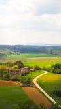 Paisaje de Monteriggioni con el fondo del cielo azul imagenes de archivo