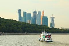 Paisaje de Moscú Río y complejo Imágenes de archivo libres de regalías