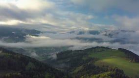 Paisaje de niebla aéreo del país en luz de la mañana sobre las nubes con colores hermosos en la salida del sol almacen de video