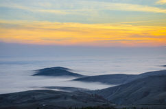 Paisaje de niebla en montañas Fotos de archivo