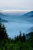 Paisaje de niebla en montañas Imagen de archivo