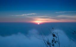 Paisaje de niebla hermoso de la salida del sol por la mañana Foto de archivo libre de regalías
