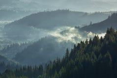Paisaje de niebla de la montaña en la luz de la mañana Imágenes de archivo libres de regalías