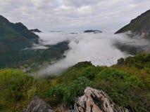 Paisaje de niebla tropical de la colina de la montaña del bosque Fotos de archivo libres de regalías