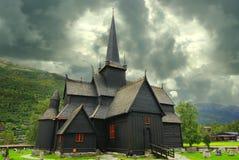 Paisaje de Noruega del otoño con el stavkirke Imágenes de archivo libres de regalías