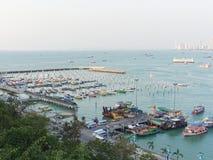 Paisaje de Pattaya con el puerto deportivo del barco o del yate de la velocidad cerca del embarcadero de Bali Hai Fotos de archivo