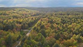 Paisaje de Pennsylvania de las monta?as de Pocono con el prado y el bosque verdes almacen de video