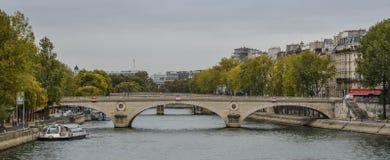Paisaje de río Sena con los puentes viejos imágenes de archivo libres de regalías