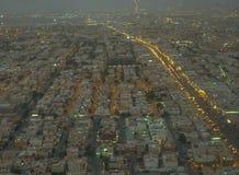 Paisaje de Riad de las calles ocupadas de la ciudad en la oscuridad Imagenes de archivo