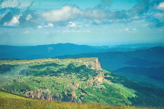 Paisaje de Rocky Mountains de la visión aérea con el cielo de las nubes Imágenes de archivo libres de regalías