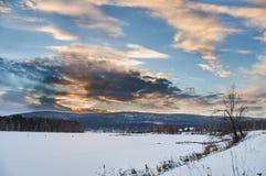 Paisaje de Rusia - pueblo - puesta del sol Imagen de archivo