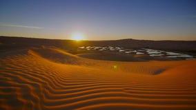 Paisaje de Sahara Desert, dunas maravillosas temprano por la mañana Tiempo-revestimientos almacen de metraje de vídeo