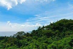 Paisaje de Seychelles de la montaña Árboles verdes y O indio Foto de archivo libre de regalías
