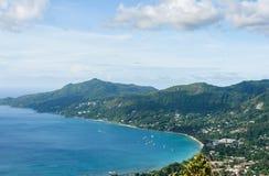 Paisaje de Seychelles Isla de Mahe Yates y barcos en orilla Imagenes de archivo
