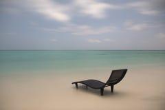 Paisaje de solo sunbed en la playa Imagenes de archivo