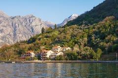 Paisaje de Sunny Mediterranean con las montañas del pueblo de playa, grises y verdes montenegro Imágenes de archivo libres de regalías