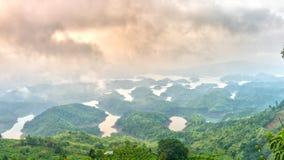 Paisaje de TA Dung Lake por la mañana en que el sol brilla abajo al lago Fotos de archivo libres de regalías