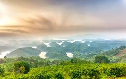 Paisaje de TA Dung Lake por la mañana en que el sol brilla abajo al lago Foto de archivo