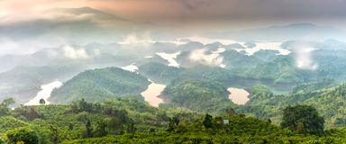 Paisaje de TA Dung Lake por la mañana en que el sol brilla abajo al lago Imágenes de archivo libres de regalías