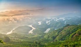 Paisaje de TA Dung Lake por la mañana en que el sol brilla abajo al lago Fotografía de archivo
