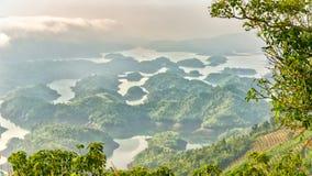 Paisaje de TA Dung Lake por la mañana en que el sol brilla abajo al lago Imagenes de archivo