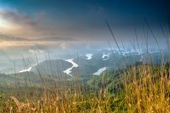 Paisaje de TA Dung Lake por la mañana en que el sol brilla abajo al lago Fotos de archivo