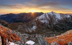 Paisaje de Tatra del otoño de la puesta del sol de la montaña, Eslovaquia Imagen de archivo