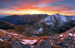 Paisaje de Tatra del otoño de la puesta del sol de la montaña, Eslovaquia Imagenes de archivo