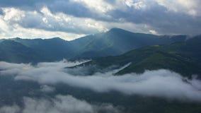 Paisaje de Timelapsed con los picos de montaña y el cielo nublado almacen de video