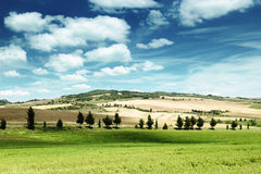 Paisaje de Toscana con la casa típica de la granja Foto de archivo libre de regalías
