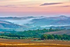 Paisaje de Toscana en la salida del sol Foto de archivo libre de regalías