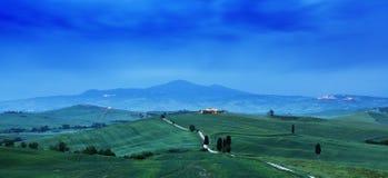 Paisaje de Toscana en la salida del sol T?pico para el cortijo toscano de la regi?n, colinas, vi?edo Paisaje verde fresco de Ital foto de archivo libre de regalías