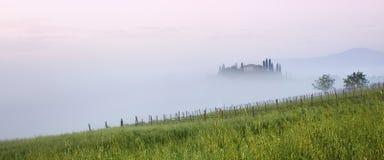 Paisaje de Toscana en la salida del sol T?pico para el cortijo toscano de la regi?n, colinas, vi?edo Paisaje verde fresco de Ital fotos de archivo