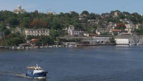 Paisaje de Tug Boat Travels Past Havana almacen de metraje de vídeo