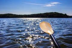 Paisaje de un lago septentrional visto de un kajak Foto de archivo