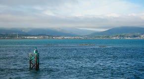 Paisaje de un mar y de las montañas imagen de archivo