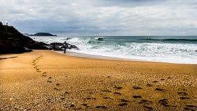 Paisaje de una persona que practica surf que mira el océano Fotografía de archivo libre de regalías