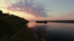 Paisaje de una puesta del sol hermosa sobre el río