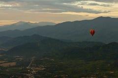 Paisaje de Vang Vieng, Laos - baloon del aire caliente en el cielo Imágenes de archivo libres de regalías
